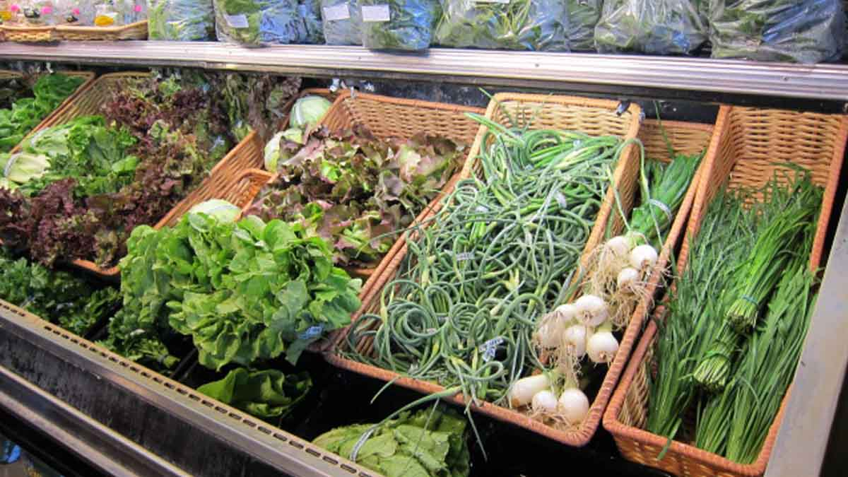 lettuce, green beans, onions displayed in a store