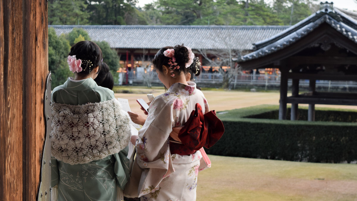 Students in a pagoda wearing kimonos