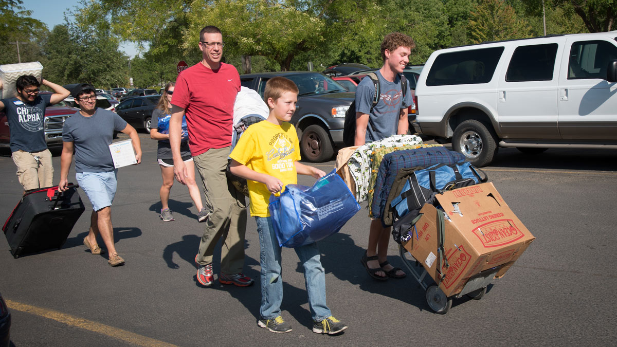 A family helps their Vandal move into the dorms